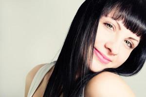 porträtt av en attraktiv ung kvinna med vackert hår. foto