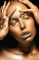 flicka med guld- och silverhud foto