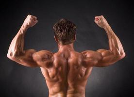 bodybuilder's biceps och muskler foto
