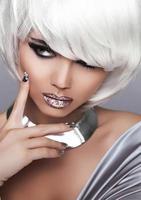 mode blond flicka. skönhet porträtt kvinna. vitt kort hår. mun foto
