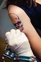 process för att göra tatuering på en flickas axel