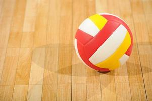 volleyboll i ett tomt gym foto
