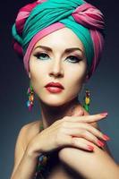 vacker dam med färgad turban foto