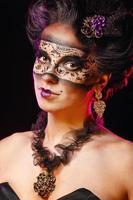 flicka i maskeradmaskering
