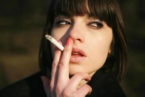 flicka med cigarett foto