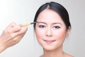 professionell make-up artist som gör glamourmodellsmink på jobbet