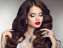 friskt långt hår. smink. smycken och smycken. skön