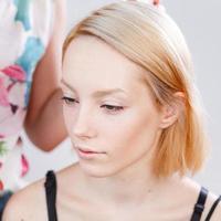ung vacker flicka som applicerar smink. foto
