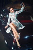 vacker elegant kvinna med retro kamera foto