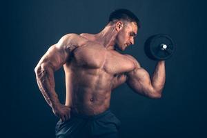 muskel man gör bicep lockar foto