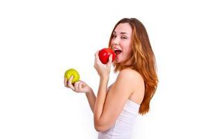 attraktiv tjej som äter äpplen på vit bakgrund foto