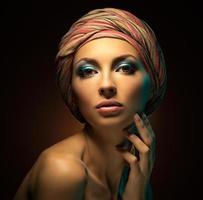 studio porträtt av vacker kvinna. foto