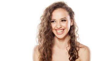 porträtt av leende ung flicka foto
