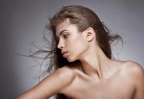 vacker kvinna med fladdrande hår. på mörk bakgrund.