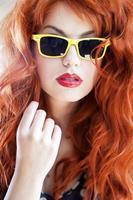 färgglad sommarstående av den unga attraktiva kvinnan foto