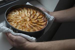 bara bakad äppelkaka. ur ugnen foto