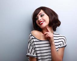 glad naturlig skratta ung kort frisyr kvinna på mode foto