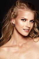 vacker modell med lockigt blont hår