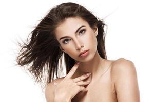 porträtt av en vacker kvinnlig modell på vit bakgrund