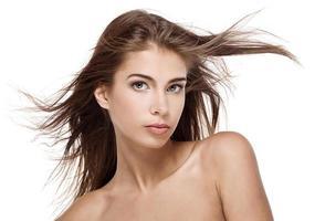 vacker kvinna med fladdrande hår isolerat