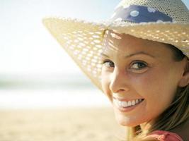 leende flicka på stranden foto