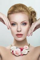 vacker kvinna med ett halsband av blommor