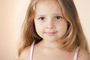 glad liten flicka med vackra stora ögon foto