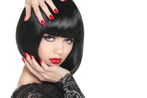 manikurerade naglar. skönhet flicka porträtt. röda läppar. tillbaka kort bob