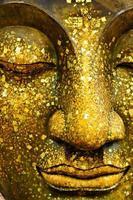 ansiktet på brons buddha foto