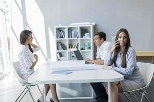 ungdomar på kontoret foto