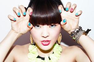 söt asiatisk tjej med kraftfull smink foto