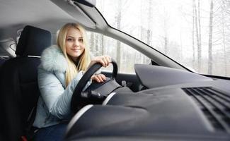 blond bakom rattet foto