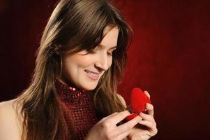 vacker kvinna med en hjärtgåva foto
