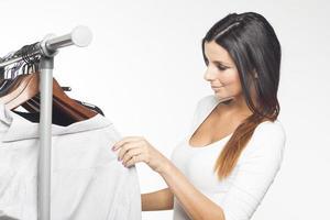 vacker brunett kvinna shopping kläder foto