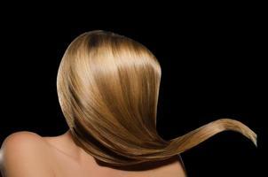 kvinnors ljus uträtade hår foto