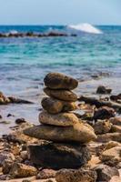 på nära håll staplade sten foto