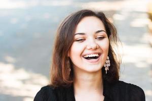 skrattande tjej foto