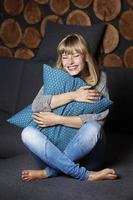 kvinna skrattar på soffan foto