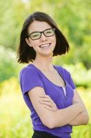 porträtt av ung skrattande kvinna foto