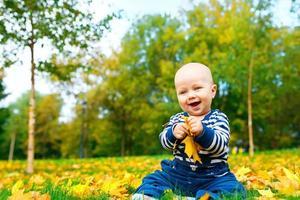 skrattande baby i höst park foto