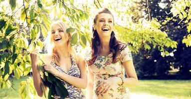 porträtt av skrattande flickvänner foto
