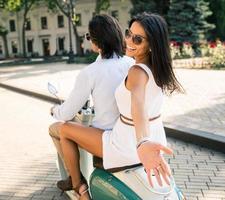 skrattande par som rider på en skoter foto