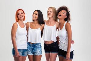 porträtt av fyra skrattande kvinnor foto