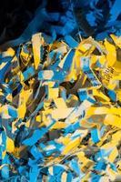 strimlat papper på nära håll foto