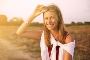 ung kvinna som bär glasögon skrattar i höst foto