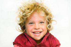 porträtt av en flicka. skratt. ålder 4 år. foto
