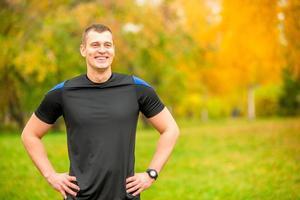 porträtt av en skrattande tränare i parken
