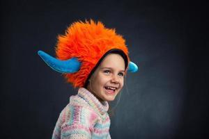 liten flicka i dekorativ hjälm foto