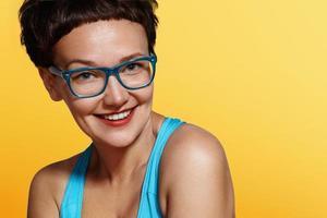 glad le kvinna i glasögon foto