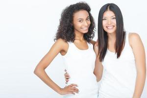 leende flickor som binder till varandra foto